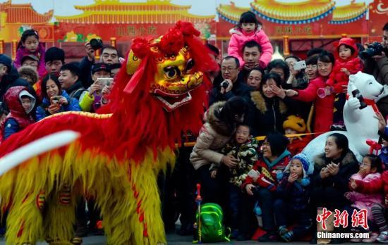 2月24日,羊年春节的假期即将结束,京城各大庙会纷纷落幕,大年初七京城将迎来羊年的首个工作日。图为:在北京欢乐谷的春节游园会上最后的一场民俗表演吸引了大量的市民参与互动。 <a target='_blank'  data-cke-saved-href='http://www.chinanews.com/' href='http://www.chinanews.com/'>中新社</a>发 陆欣 摄